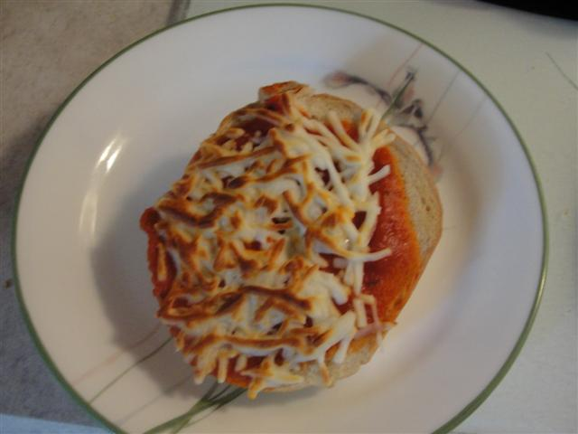 how to make pizza bagels -- simple lunch idea