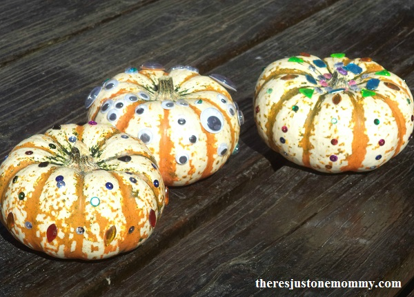 no carve pumpkin idea -- sparkly pumpkins that are perfect for a fall centerpiece