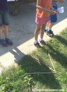 kids trail marking activity -- simple scavenger hunt idea to teach how to mark a trail